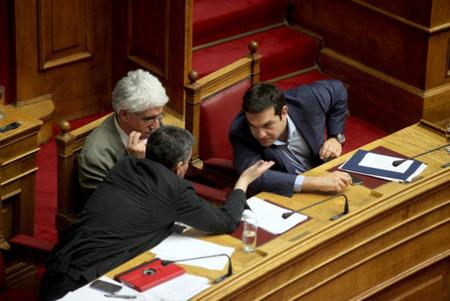 Le ministre des Finances, Euclide Tsakalotos, se consulte avec Tsipras