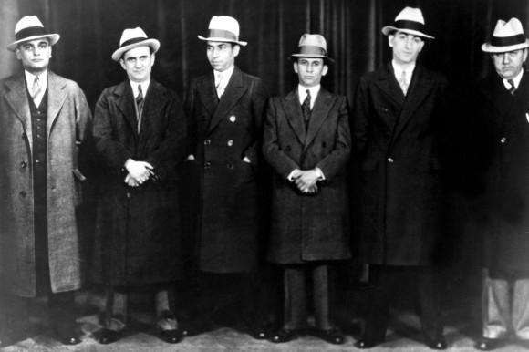 Lucky Luciano (troisième depuis la gauche) et Meyer Lansky (à ses côtés)