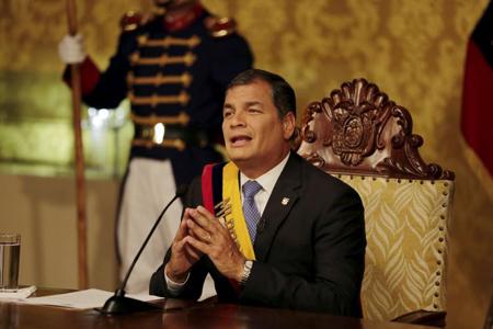 Rafeal Correa, en juin 2015, annonce le retrait d'une loi controversée sur les impôts
