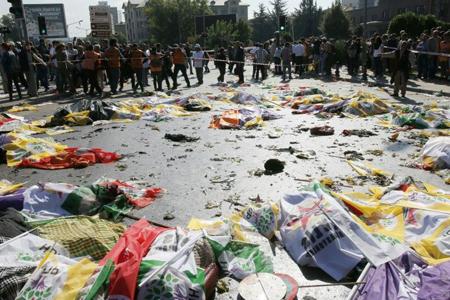 des-victimes-de-l-attentat-suicide-d-ankara-gisent-sur-le-so_2305093