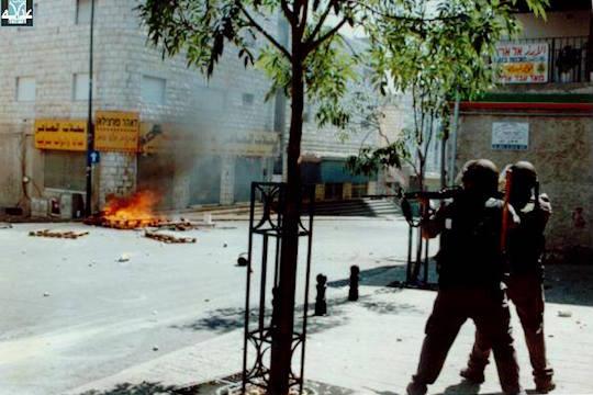 Des policiers israéliens tirent sur les manifestants en octobre 2000