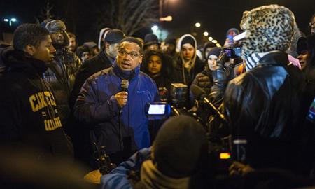 Keith Ellisson, membre du Congrès, s'adresse aux activistes organisant le campement