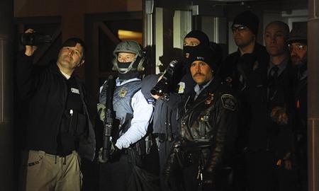 La police de Minneapolis contrôle et filme les manifestant·e·s, un jour après l'assassinat de Jamar Clark