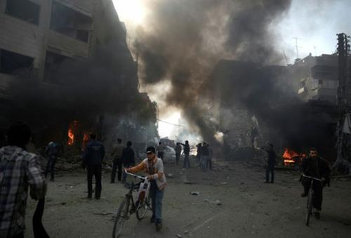 824573-la-ville-syrienne-de-douma-pres-de-damas-bombardee-le-7-novembre-2015