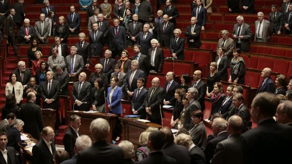 «L'Assemblée nationale et le Sénat vote à la quasi-unanimité la poursuite des frappes en Syrie», commencé en septembre (4 contre et 10 abstentions)