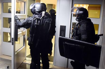 Policier entrant dans un immeuble du Mirail, à Toulouse,     le 16 novembre 2015