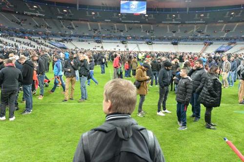 La pelouse du Stade de France envahie par les spectateurs le 13 novembre
