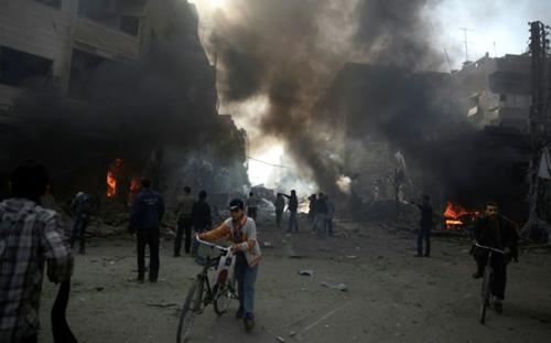 Au moins 23 civils, dont six enfants, ont été tués le samedi 7 novembre dans des frappes vraisemblablement russes sur Douma, un fief rebelle près de Damas (AFP)