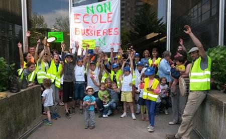 Parents et enfants, employés communaux assurant les services périscolaires sont venus exprimer leur colère face au projet de suppression d'un poste d'enseignant dans l'école communale