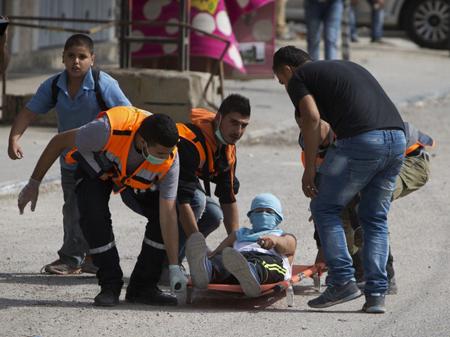 Près de Ramallah, un jeune manifestant blessé est transporté, le 6 octobre 2015