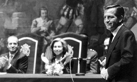 Adolfo Suarez, «ingénieur» de la transition depuis juillet 1976, applaudi par les monarques