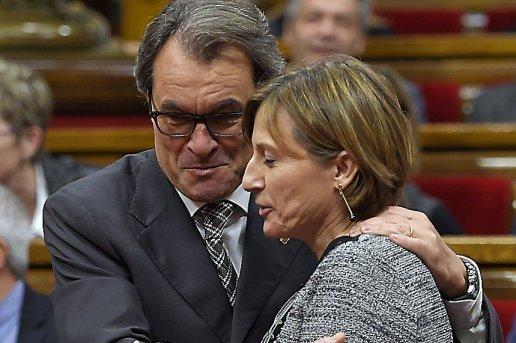 Artur Mas, président sortant de la Generalitat, et Carme Forcadell, présidente du Parlement de Catalogne, élue le 26 octobre. Une majorité du Parlement a indiqué le lancement d'un «processus d'indépendance» le 27 octobre 2015.