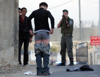 Un jeune Palestinien «contrôlé» par un soldat israélien...