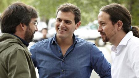 Pablo Iglesias (droite) et Albert Rivera, aux côtés de Jordi Evole, animateur de l'émission «Salvados». Le sourire (crispé) est aujourd'hui une figure imposée... de la «communication politique».