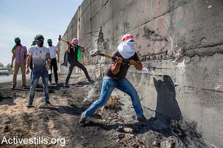 Jeunes Palestiniens qui cherchent à «casser» le mur de séparation, dans le quartier d'Abou Dis, à Jérusalem-Est