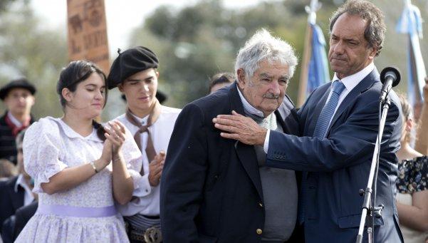 José «Pepe» Mujica et Daniel Scioli lors d'un meeting du Front pour  la Victoire, lors du second tour des élections en Argentine