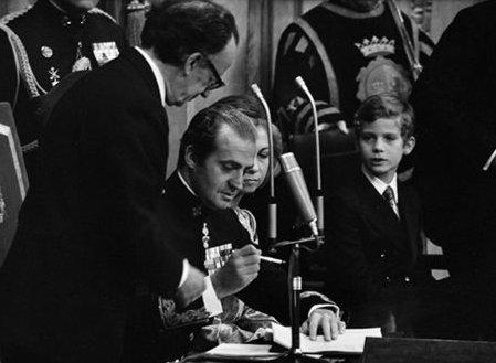 Le roi signe la Constitution de 1978