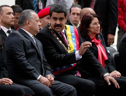 Diosdado Cabello – en fait le numéro un portant le numéro deux sur le maillot du régime –, Nicolas Maduro et sa femme. Mercredi 16 décembre, le président sortant de l'Assemblée nationale, le «capitaine» Diosdado Cabello, a défendu la création d'un «Parlement communal», un organe parallèle qui siégera dans une salle voisine de l'Hémicycle. Selon lui: «Le Parlement communal est une subversion pacifique contre un parlement bourgeois, Ils croient qu'ils vont gouverner sur les décombres de notre patrie, mais ils ne vont ni gouverner ni voir ces ruines.»