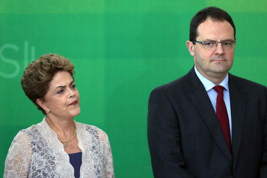 Dilam Rousseff, crispée, présente le nouveau ministre des Finances Nelson Barbosa