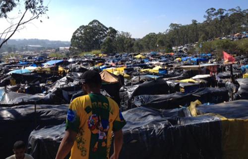 Les sans-toit, en 2014, face aux expulsions exigées par la FIFA du bien logé Sepp Blatter