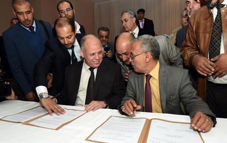 Signature officielle de la Déclaration de Tunis, le 6?décembre, entre les représentants des deux pouvoirs rivaux, Awad Mohammed Abdul-Sadiq (à g.), pour le CGN, et Ibrahim Fethi Amish, pour le Parlement de Tobrouk