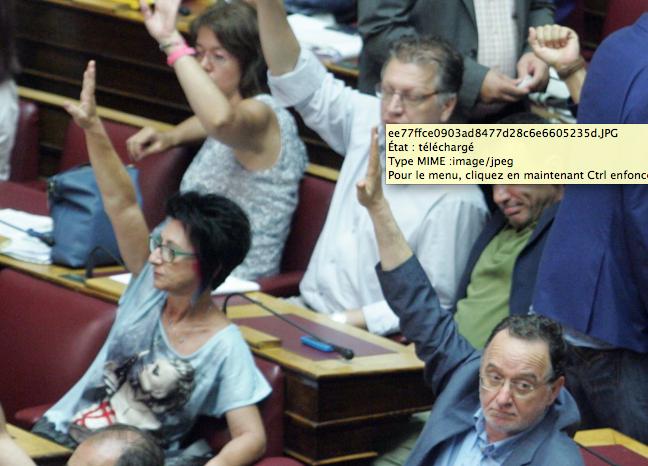 Ioanna Gaitani (députée de DEA) aux côtés de Lafazanis, vote contre le paquet d'austérité découlant de «l'accord» signé à Bruxelles