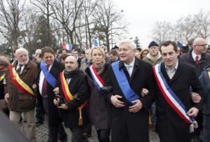 En 2013: Marion Maréchal Le Pen aux côtés de Bruno Gollnisch, avec Nick Griffin (2ème depuis la droite), British National Party, connu pour ses positions anti-sémites et négationnistes, lors de la «Manif pour tous»