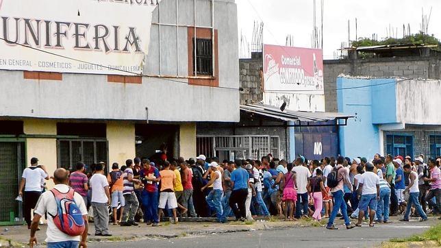 Les habitants de San Felix, dans l'Etat de Bolivar, pille un supermarché... en août 2015, suite à la permanence de pénuries extrêmes