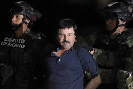 Joaquin «El Chapo» Guzman est emmené par des Marines mexicains vers un hélicoptère sur le tarmac de l'aéroport de Mexico, le 8 janvier 2016