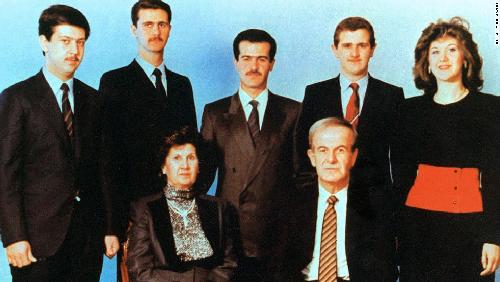 Une photographie de la famille Assad, non datée: assis Hafez el-Assad, sa femme Anisa; et derrière, de gauche à droite: Maher, Bachar, Basel, Majd et Bushra. Une dynastie