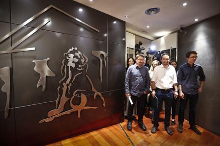 Pablo Iglesias et son équipe avant la conférence de presse du 23 janvier