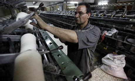 Les travailleurs du textile à Mahalla el-Kubra, à 110 km au nord du Caire. Selon «al-ahram online» du 22 octobre 2015: «Les travailleurs de Mahalla ont lancé des vagues de grèves en 2006 et à nouveau en 2008, à l'occasion d'un des plus importants défis lancés à Moubarak avant la révolution de 2011.»