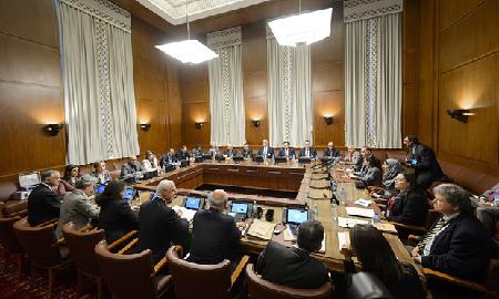 Staffan de Mistura (au premier plan au centre) rencontre des représentants du gouvernement de Bachar el-Assad vendredi 28 janvier