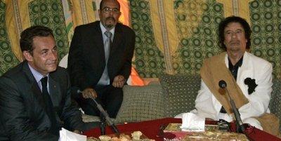 Sarkozy sous la tente de Kadhafi... à Tripoli le 25 juillet 2007: la vente d'armes se prépare sous la tente