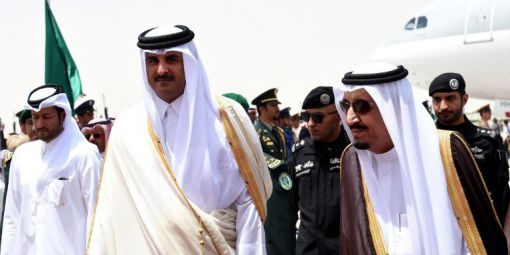 Le roi Salman (à dr.) avec l'émir du Qatar, Cheikh Tamim Ben Hamad al Thani, Riyad, mai 2015