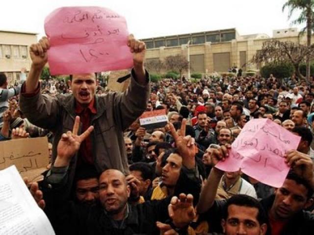 Les travailleurs des deux plus grandes usines textile de Malhalla, Kafr al-Dawar Textile Company et Misr Spinning and Weaving Company, sont en grève pour non-paiement du «bonus» promis pat le président al-Sissi (25 octobre 2015). Mada Masr Independent, progressive media