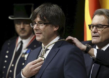 L'ex-président Artus Mas intronise son successeur, du même parti, Carles Puigdemont