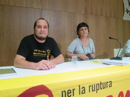 Le député David Fernandez et Anna Gabriel, expliquant les «difficultés» auxquelles la CUP s'affronte sur la question de la présidence de la Generalitat de Catalogne