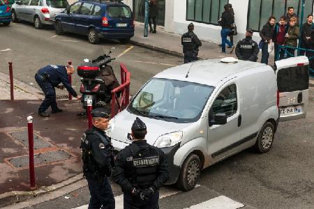 Descente de police et de gendarmerie au Pré-Saint-Gervais (93), le 27 novembre 2015, dans un squat où était soupçonnée  la présence de personnes pouvant «perturber l'ordre public» pendant la COP21 (AFP)