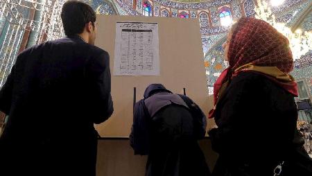 Dans un bureau de vote à Téhéran, 26 février 2016