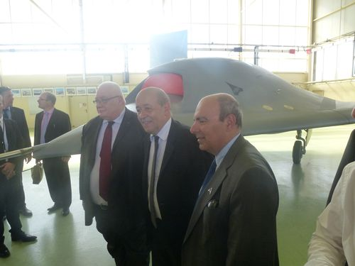 Eric Trappier, PDG de Dassault Aviation, Jean-Yves Le Drian et Laurent Collet-Billon, DGA, devant le Neuron