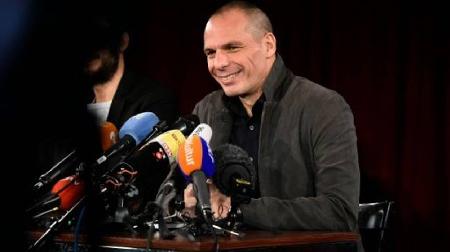 «L'ancien ministre grec des Finances Yanis Varoufakis a fait son retour sur le devant de la scène en lançant mardi un mouvement politique (Diem 25: Democracy in Europe – Movement – 2025) pour tenter de sauver une Europe menacée, selon lui, de désintégration sur fond de crise des réfugiés.» (AFP, 9 février 2016)