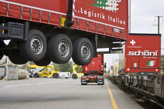 With a mobile crane, container are loaded from trains onto trucks at the Hupac Inc. terminal in Aarau in the canton of Aargau, Switzerland, pictured on April 21, 2009. (KEYSTONE/Gaetan Bally) Mit einem fahrbaren Kran werden am 21. April 2009 im Terminal Aarau der Hupac AG im Kanton Aargau Container von der Schiene auf die Strasse verladen. (KEYSTONE/Gaetan Bally)