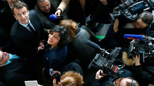 Emmanuel Macron et Myriam El Khomri. «Elle n'exclut pas d'utiliser le 49,3 pour faire passer la réforme du Code du travail» (L'Entreprise, 18 février 2016)