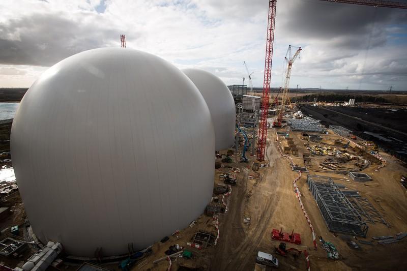 Une construction de la Drax Energy Company visant à capturer et à stocker le carbone: un projet qui a réduit ses «ambitions» proclamées suite à la réduction des subventions gouvernementales (New Scientist, 5 août 2015, mis à jour le 28 septembre 2015)