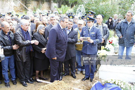 Panos Kamennos rend «hommage» aux personnes tuées lors d'un accident d'une opération conjointe en Espagne. «L'hommage» pour le lieutenant Panagiotis Lsacaris a été rendu à Athènes. Cela se passait en janvier 2015… oui 2015.