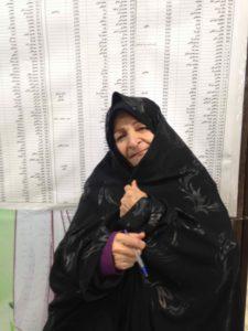Shirin, 62 ans, actrice, devant les listes de candidats