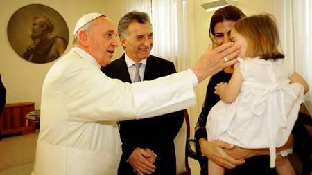 Le pape François, Maurizio Macri, son épouse et «la petite», alors que Macri n'était que chef du gouvernement de la ville  de Buenos Aires, le 19 septembre 2013