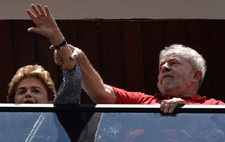 Luiz Inacio Lula da Silva et Dilma Rousseff tentent de saluer leurs «partisans», le 5 mars 2016, à San Bernardo do Campo, près de São Paulo, un des quartiers où le PT a pris son envol au début des années 1980.