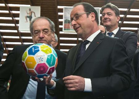 François Hollande, le 29 mars 2016, aux côtés de Noël Le Graët, le patron de la Fédération française de football